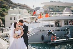 Juste ménages mariés marchant dans la petite crique Photo stock