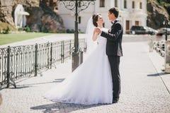 Juste ménages mariés marchant dans la petite crique Photos stock