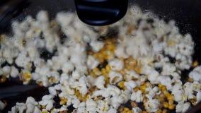 Juste maïs éclaté préparé sur le fourneau clips vidéos