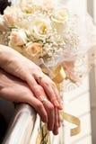 Juste mains mariées Photos stock