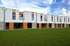 Juste maisons de rangée modernes construites de famille Images stock