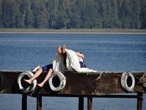 Juste marié admirez le lac images libres de droits