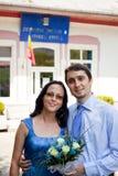 Juste marié - jeunes couples heureux extérieurs Images libres de droits