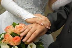 Juste marié - mains de fixation Photos libres de droits