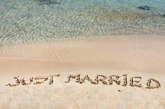 Juste Married écrit en sable sur une belle plage Image stock