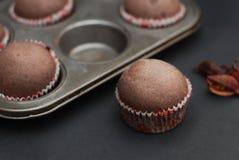 Juste petits pains Homebaked cuits au four de chocolat pour le dessert avec Conffeti coloré Fond foncé Photo stock