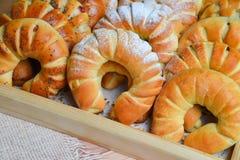 Juste petits pains ou petits pains de pain doux cuits au four frais sur le plateau pendant le temps de petit déjeuner et de thé o photo stock