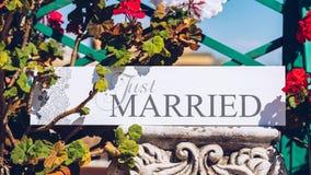 Juste texte marié sur le fond blanc avec des fleurs Photo stock