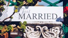 Juste texte marié sur le fond blanc avec des fleurs Photos libres de droits