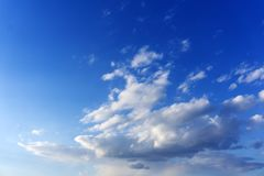 Juste un ciel bleu avec des cumulus photo stock