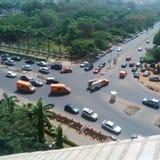 Juste un jour ensoleillé sur la rue de maitama d'Abuja photo libre de droits