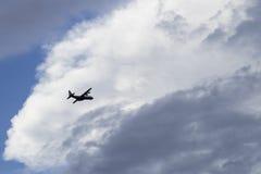 Juste? un vol plat dans le ciel Photographie stock