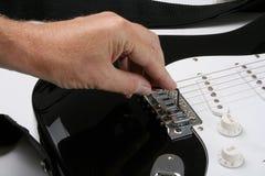 Justera den elektriska gitarren Fotografering för Bildbyråer