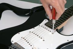 Justera den elektriska gitarren Royaltyfria Bilder