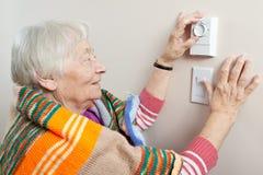 justera henne hög termostatkvinna Arkivfoton