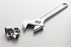justerbar skiftnyckel för skruvnyckel för aparørrörmokeri Arkivfoto