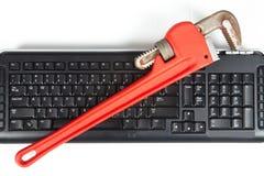 Justerbar skiftnyckel och tangentbord Fotografering för Bildbyråer