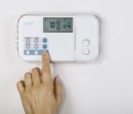 Justering av den Home temperaturen Royaltyfri Foto