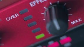 Justering volymjämvikten av den moderna dj-apparaten stock video