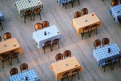 justeringen chairs restaurangtabeller Royaltyfri Bild