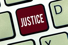 Justiça do texto da escrita da palavra O conceito do negócio para a qualidade de ser a administração apenas imparcial ou justa da imagens de stock royalty free