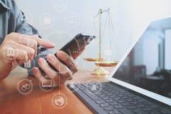 Justiça e conceito da lei Advogado masculino no escritório com o equilíbrio b Foto de Stock Royalty Free
