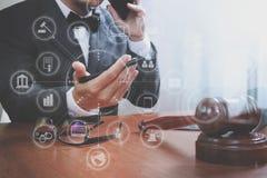Justiça e conceito da lei Advogado masculino no escritório com o martelo, wor Imagem de Stock Royalty Free