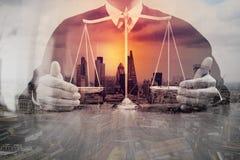Justiça e conceito da lei Juiz masculino em uma sala do tribunal com o balan fotos de stock