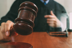 Justiça e conceito da lei Juiz masculino em uma sala do tribunal com o martelo foto de stock royalty free