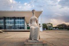 Justiça Sculpture na frente da corte suprema de Brasil - tribunal de Supremo federal - STF - Brasília, Distrito federal, Brasil imagens de stock
