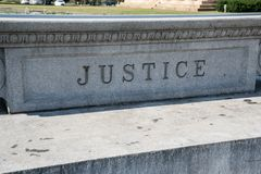 Justiça Sign Carved na pedra foto de stock royalty free