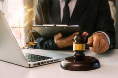 Justi?a e conceito da lei Juiz masculino em uma sala do tribunal foto de stock
