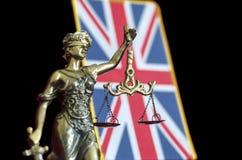 Justice夫人雕象有英国旗子的 免版税库存照片