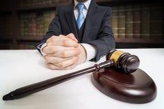 Justice et concept de loi Avocat avec les mains et le marteau étreints dans l'avant photos libres de droits