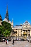 Justice Palais与圣洁教堂Sain的de Justice宫殿  免版税库存图片