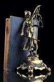 Justicia Lady y libro viejo. Fondo del abogado Fotografía de archivo