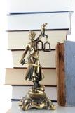 Justicia Lady y libros. Fondo del abogado Imagenes de archivo