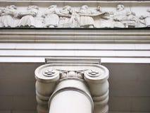 Justicia Pasillo con las columnas y la decoración iónicas del mármol blanco. Fotografía de archivo
