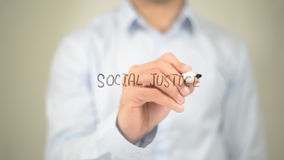 Justicia social, escritura del hombre en la pantalla transparente fotos de archivo