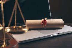 Justicia y concepto de la ley Lugar de trabajo del abogado con el ordenador portátil y documentos con de madera oscuro imagen de archivo libre de regalías