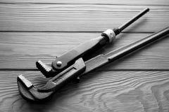 Justierbare Schlüssel, Schlüssel auf hölzerner Beschaffenheit Lizenzfreies Stockbild