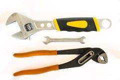 Justierbare Zangen und Schlüssel auf weißem Hintergrund Stockfoto