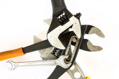 Justierbare Zangen und Schlüssel auf weißem Hintergrund Stockfotografie
