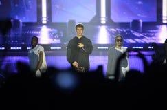 Justin Bieber - dançarinos, multidão, fase do concerto da música, projetores Imagem de Stock