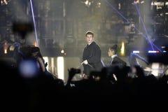 Justin Bieber - fase do concerto da música, multidão e dançarinos, projetores Imagens de Stock