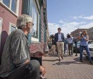 Justin Trudeau Talks To Panhandler foto de archivo