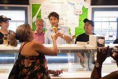 Justin Trudeau tjänar som kor glass Royaltyfri Bild