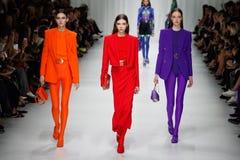 Justine Asset, Lea Julian, de gang van Soso Korell de baan in Versace toont tijdens Milan Fashion Week Spring /Summer 2018 royalty-vrije stock afbeeldingen