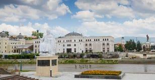 Justinian i-Statue in Skopje, weißes Marmormonument Justinian der große Kaiser des byzantinischen Reiches in Skopje, Mazedonien lizenzfreie stockfotografie