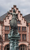 Justitia -在Roemerberg广场的Justice夫人雕塑在法兰克福,德国 免版税库存照片